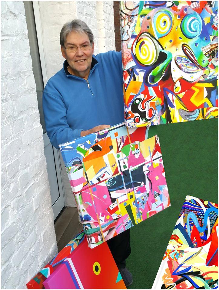 Rudolf Key mit seinen Grafiken
